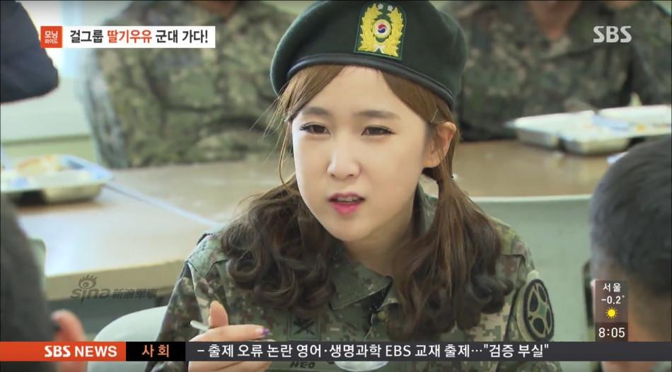 和韩国大兵一起吃饭的萌妹子.