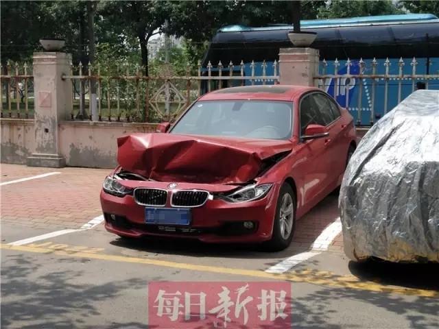 路虎司机疯狂碾小区保安 宝马车停着无辜被撞