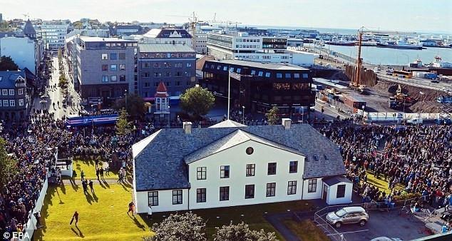 英雄归来!冰岛欧洲杯凯旋游行 全城膜拜