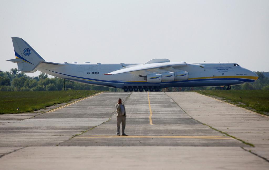 世界最大飞机从乌克兰起飞 载有130吨发电机