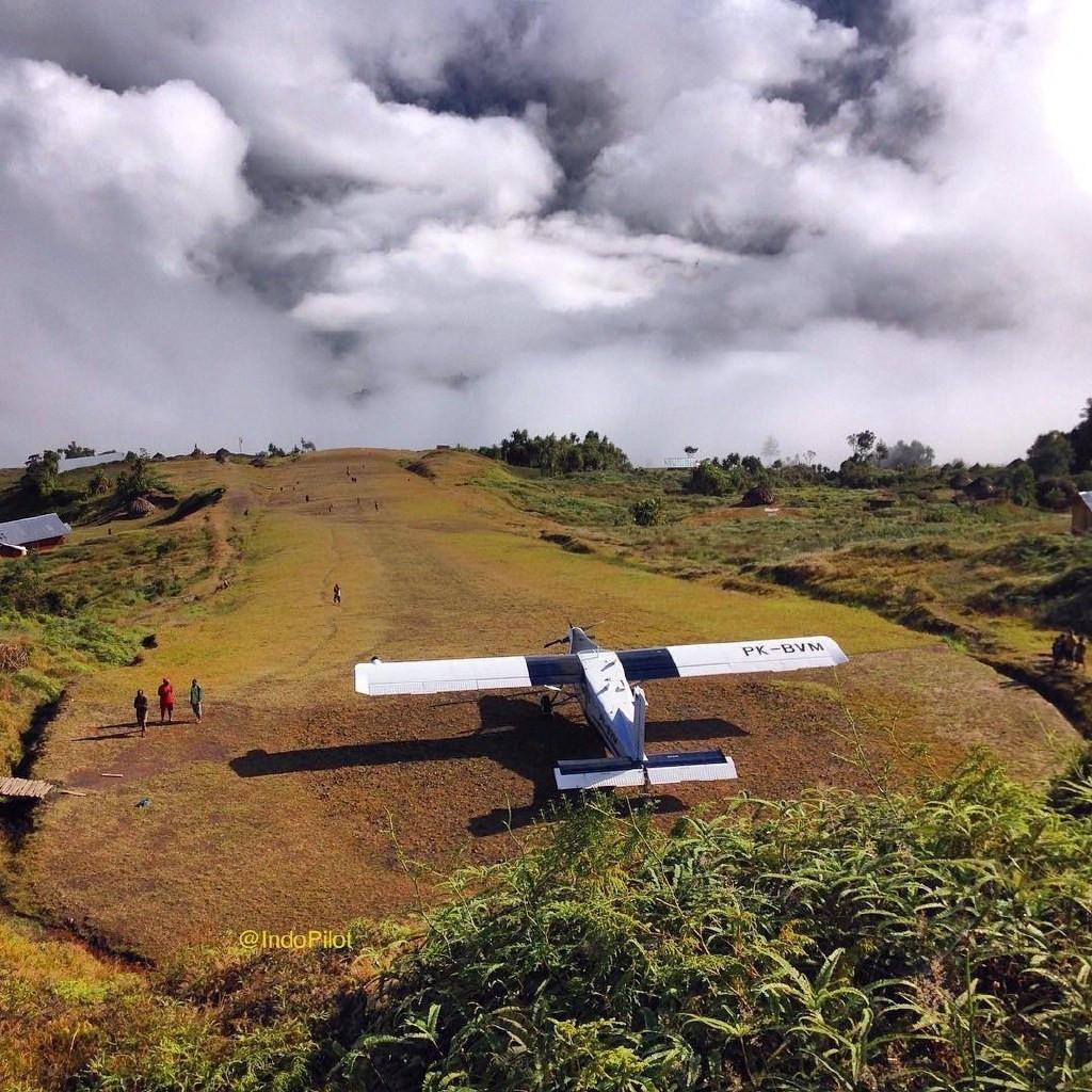 实拍飞机降落最危险机场:海拔高 跑道简陋