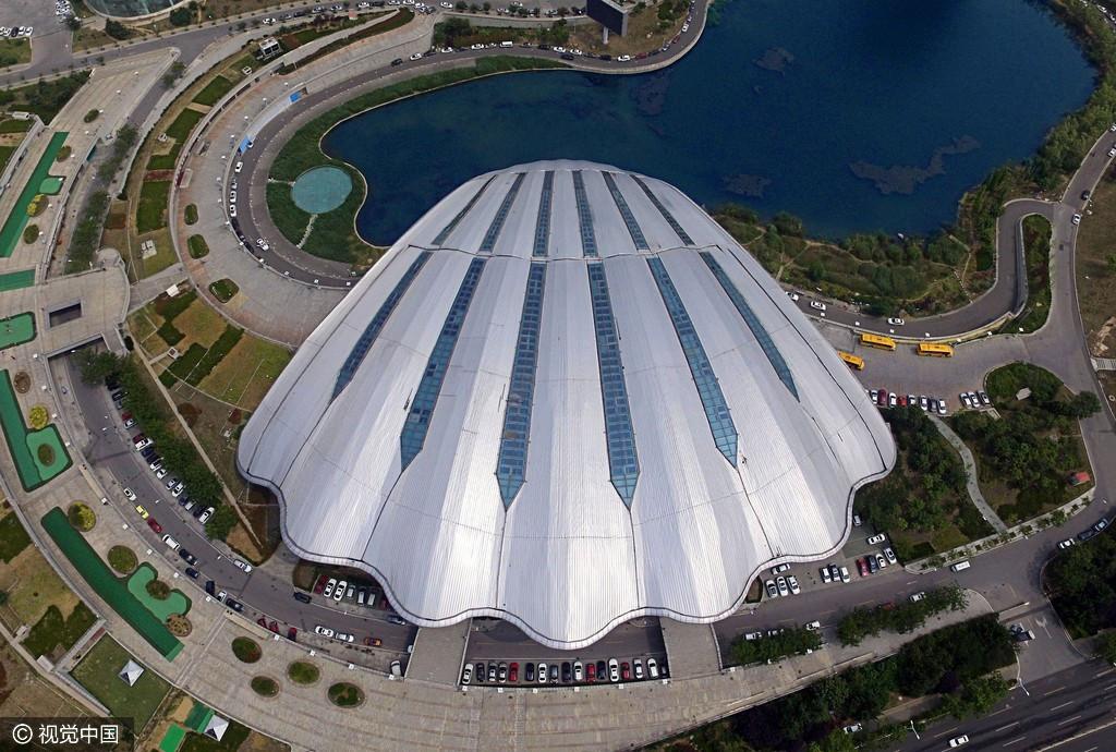 青岛体育中心的游泳跳水馆,犹如一只卧在水边的大贝壳.