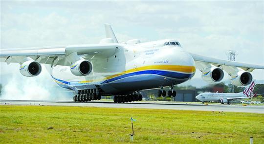 """世界最大飞机""""安-225""""运输机飞抵澳大利亚珀斯"""