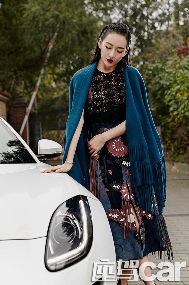炫酷冷艳时尚大片,照片中,王鸥一组欧式贵族的造型与质感的名车相辉映
