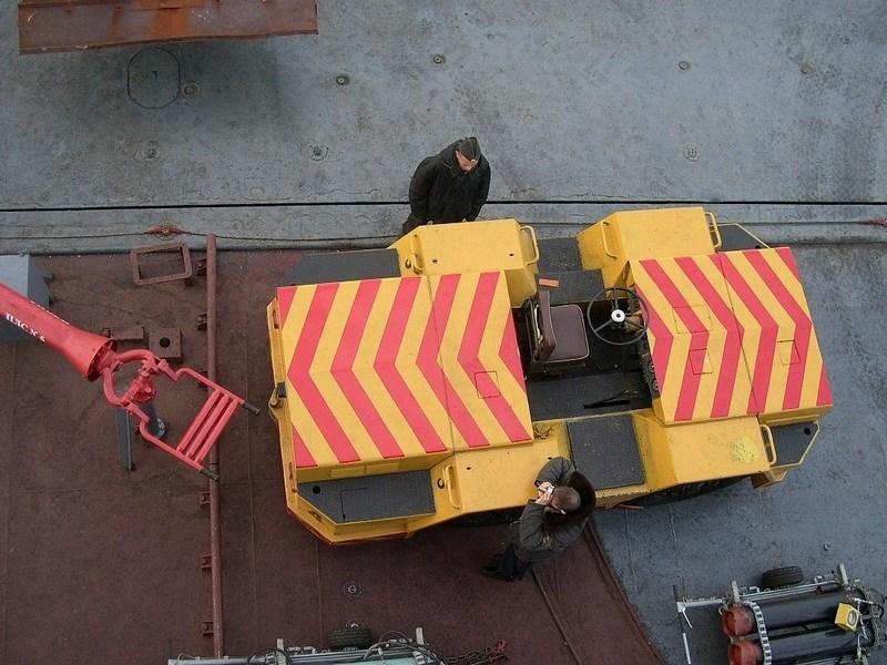 俄军航母舰载机牵引车.