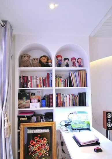 客厅隔出来的一部分做了书房 吧台式的书桌上放了个迷你的水族鱼缸 为图片