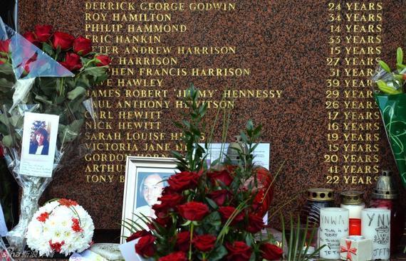 鲜花祭奠希尔斯堡惨案逝者 新浪体育讯 4月26日消息,27年后,希尔斯堡惨案遇难者终于沉冤昭雪,陪审团裁定,1989年在希尔斯堡遇难的96名球迷并非意外身亡,而是不合法杀害,其中惨案发生的原因是警方对当时局面控制不利,希尔斯堡球场的设计也是导致惨案发生的原因,并非球迷本身行为。 1989年4月15日,足总杯半决赛利物浦对诺丁汉森林的比赛在第三方谢菲尔德的希尔斯堡球场举行。由于现场组织混乱和球场结构问题,比赛开始后还有5000名利物浦球迷未能入场,当警方开启一扇入口的大门后,竟造成严重的球迷拥挤踩踏伤亡,