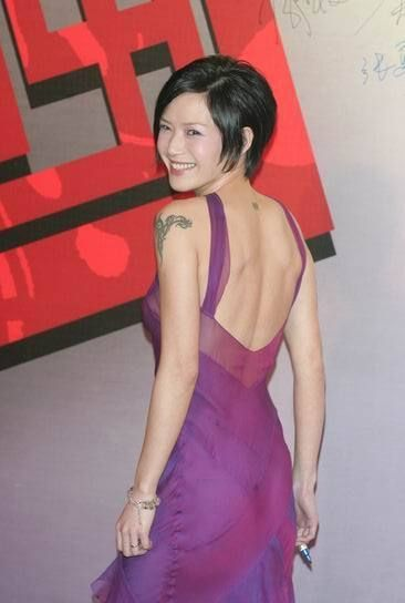 """陆毅承认这是他和妻子""""爱的纹身"""",""""因为我属兔,鲍蕾属龙,中国有句俗话"""