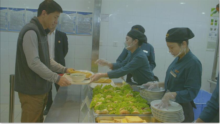 遇见大咖李彦宏 在食堂排队打饭太低调