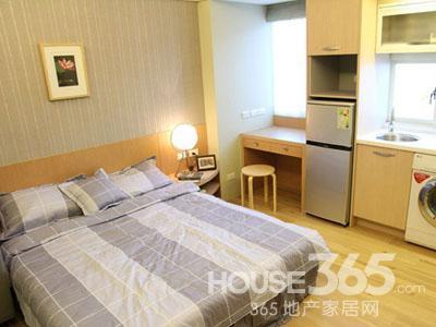 20平米单身公寓装修:结合书桌与卧榻的整体设计