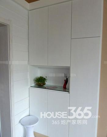 玄关鞋柜效果图:超大的鞋柜设计,可以作为衣柜实用了,中间镂