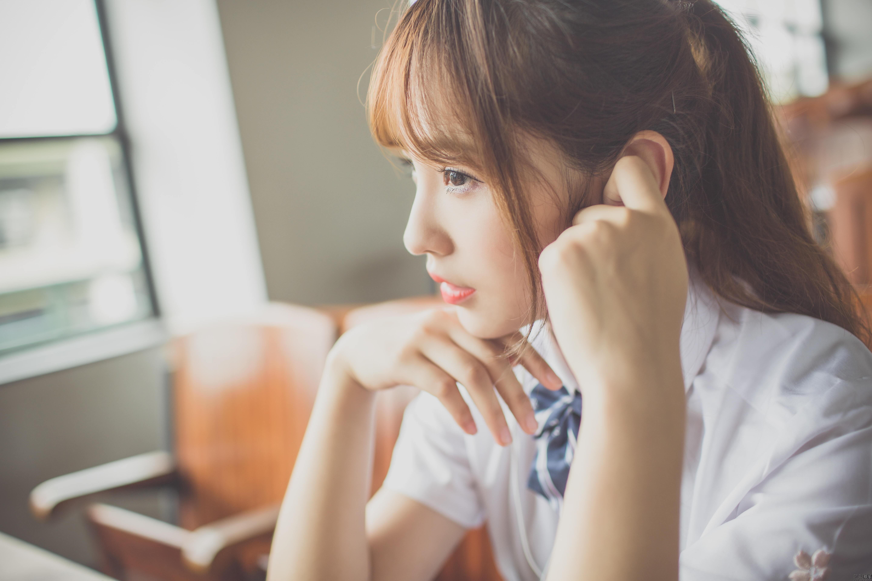 网易娱乐6月24日报道 近日,一组在广州大学城内拍摄的校园清纯校花照